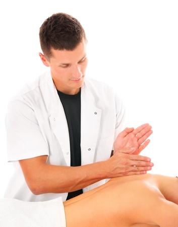 Ein Bild von einem Physiotherapeut was eine Rückenmassage über weißem Hintergrund Standard-Bild