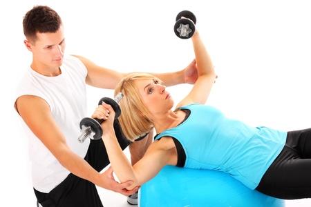 aide à la personne: Une image d'une jeune femme travaillant avec son entraîneur personnel sur fond blanc