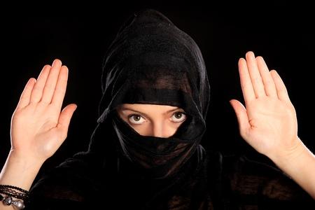 burka: Un ritratto di una giovane donna araba surrending su sfondo nero