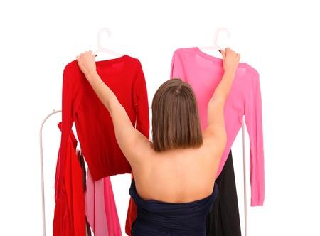 decission: Un ritratto di una giovane donna cercando di scegliere i vestiti Archivio Fotografico