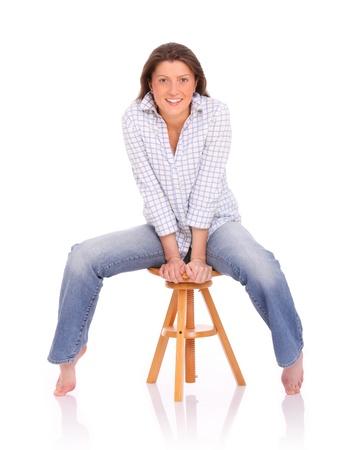 escabeau: Une image d'une jeune femme positif assis et souriant sur fond blanc Banque d'images