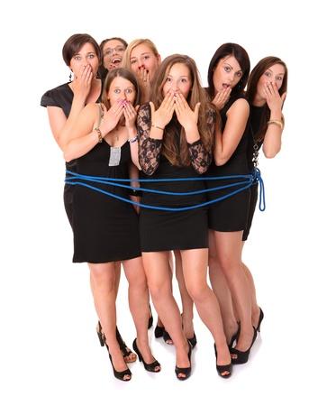 gefesselt: Ein Bild von einer Gruppe von sieben Mädchen, die von einem blauen Seil über weißem Hintergrund gebunden