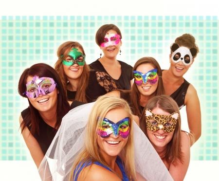 despedida de soltera: Un retrato de siete novias en los estados de ánimo del partido sonriendo sobre el fondo borroso