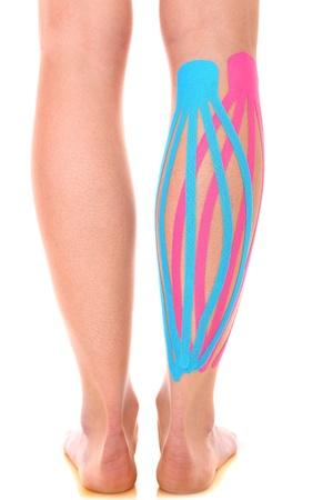 k�lber: Ein Bild von einem speziellen Physio Tape auf den verletzten Kalb �ber wei�em Hintergrund setzen