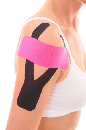 fisioterapia: Una foto de un especial de la cinta fisio puesto en un músculos de los brazos heridos más de fondo blanco Foto de archivo