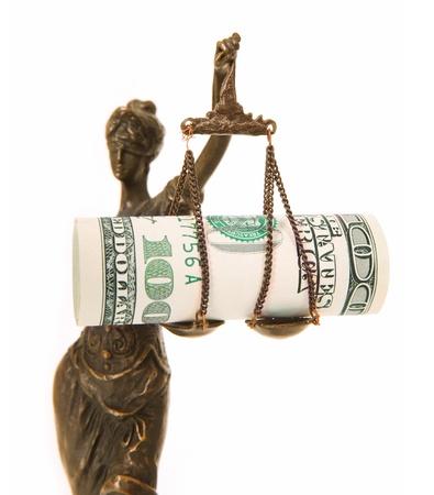 dama justicia: Una foto de una estatua de Themis, con billetes de d�lar en la escala como un s�mbolo de la corrupci�n sobre el fondo blanco