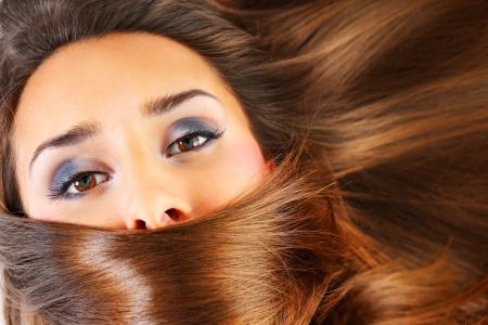 pelo castaño claro: Una imagen de una mujer joven hermosa con el pelo largo y sedoso