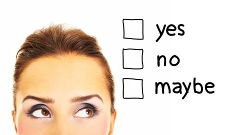 decission: Una foto di una bella donna a pensare la risposta su sfondo bianco