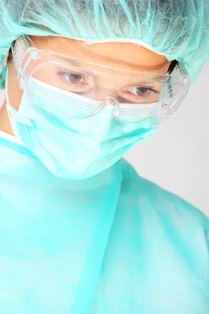 enfermera con cofia: Una foto de una mujer cirujano con una máscara