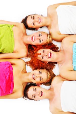 beauty wellness: Een foto van vijf meisje vrienden met plezier in de spa op een witte achtergrond Stockfoto