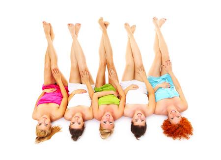 ni�as sonriendo: Una imagen de cinco amigas se divierten en el balneario sobre el fondo blanco