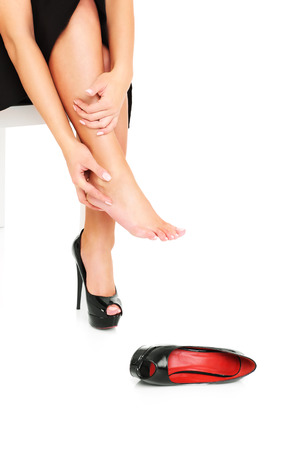 pies sexis: Una foto de los pies femeninos en el dolor despu�s de usar zapatos de tac�n alto Foto de archivo