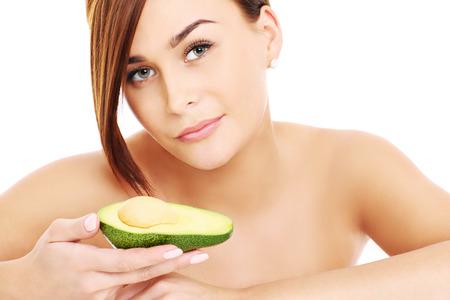 aguacate: Una imagen de una cara de una hermosa mujer posando con un aguacate sobre blanco