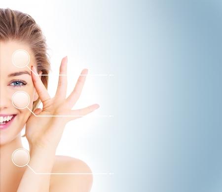 caras de emociones: Una foto de un corte de cara femenina en medio de presentar antes y despu�s de compensar los efectos sobre fondo azul