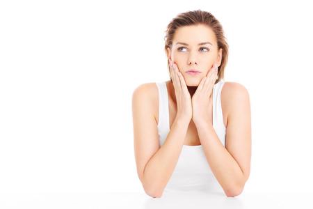 decission: Una foto di un volto di una donna preoccupata in posa su sfondo bianco