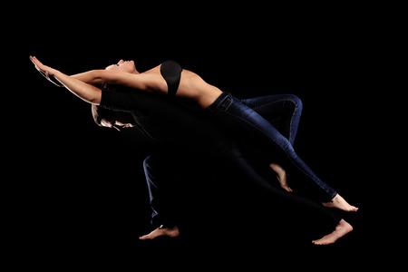 ballet hombres: Una foto de una joven pareja de baile apasionado sobre fondo negro Foto de archivo