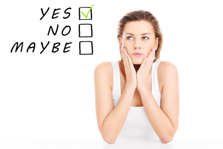 decission: Un ritratto di una giovane donna cercando di prendere una decission su sfondo bianco