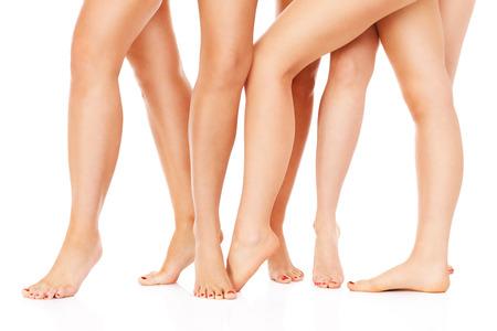 Een foto van vrouwelijke benen op een witte achtergrond Stockfoto