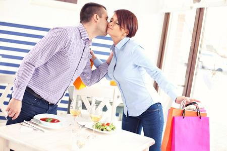 Een foto van een jong stel ontmoeting in een restaurant