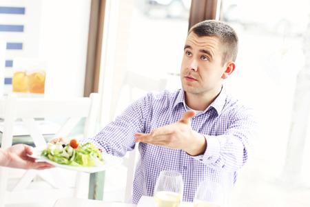 pareja enojada: Una imagen de un coplaining cliente acerca de la comida en un restaurante