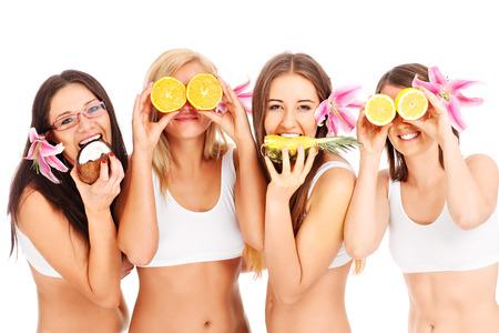 Groep van jonge meisjes met vruchten