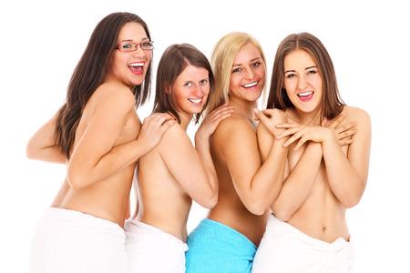 seins nus: un groupe de jeunes femmes aux seins nus dans des serviettes