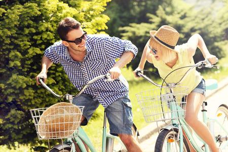 自転車を都市に自由時間を費やして幸せなカップルの写真