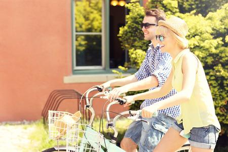 バイクで自由な時間を過ごす幸せなカップルの画像