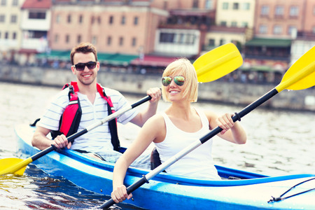 カヌー インフォーメーション ポーランドのグダニスクで若いカップルの画像