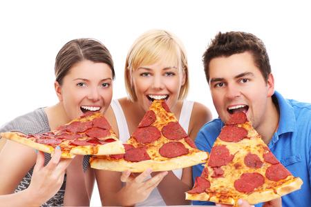 Een foto van een groep vrienden het eten van grote pizza segmenten op witte achtergrond