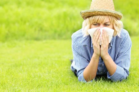 Een foto van een vrouw met een tissue allergisch voor gras Stockfoto