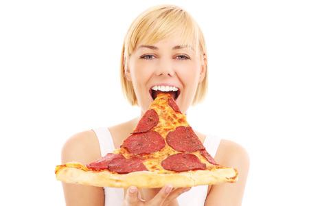 Een foto van een gelukkige vrouw met pizza over witte achtergrond