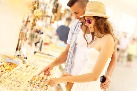 A picture of a young couple buying souvenirs Standard-Bild