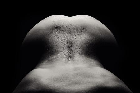 desnudo: Una imagen de la espalda de una mujer desnuda y h�meda sobre el fondo negro