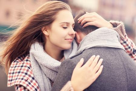 Een foto van een mooie vrouw troostend een man Stockfoto