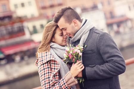jovenes enamorados: Una imagen de una pareja romántica con flores en un paseo de otoño Foto de archivo