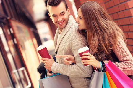 parejas: Una foto de una ventana de compras pareja alegre en el centro comercial con caf� Foto de archivo