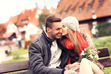 enamorados besandose: Una foto de una pareja romántica en la fecha en Gdansk