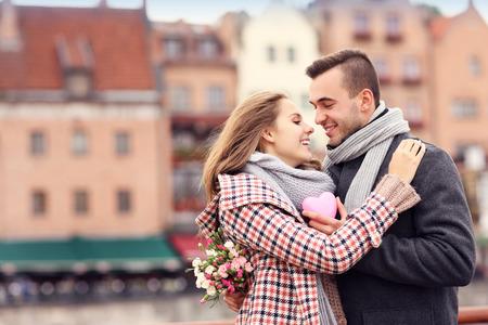 mujer enamorada: Una imagen de una pareja en el D�a de San Valent�n en la ciudad con flores y coraz�n Foto de archivo