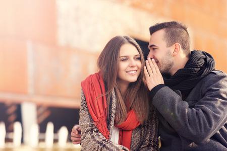 Ein Bild von einem jungen Paar Flüstern an einem Herbsttag Standard-Bild - 33890154