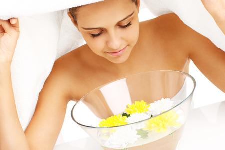 tratamiento facial: Una imagen de una mujer haciendo tratamiento facial en el spa
