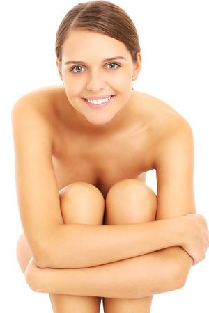 mujer desnuda sentada: Una imagen de una mujer desnuda sensual sentada sobre fondo blanco