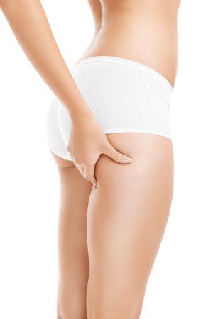 grosse fesse: Une image d'un contr�le de la cellulite femme sur sa cuisse sur fond blanc Banque d'images