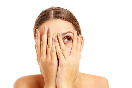 asustado: Una foto de una mujer aterrorizada que cubre su rostro sobre fondo blanco Foto de archivo