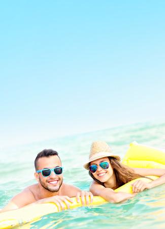 バルト海のマットレスに楽しいを持っている若いカップルの画像