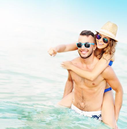 ビーチで楽しんで幸せなカップルの画像 写真素材