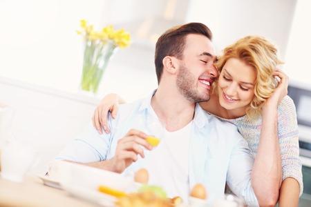 marido y mujer: Una imagen de una mujer feliz joven que da buen abrazo por la ma�ana a su marido