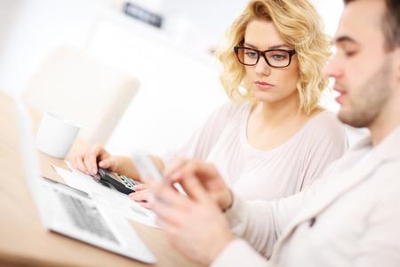 confundido: Una imagen de una pareja preocupada con los documentos en el hogar Foto de archivo