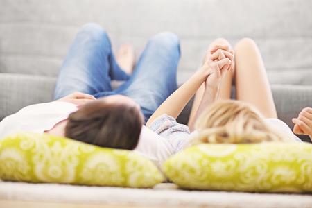 Une photo d'un jeune couple de détente à la maison Banque d'images