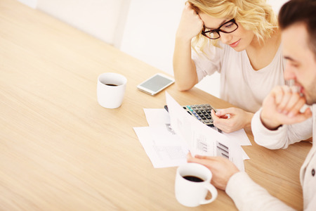 pagando: Una foto de una pareja de adultos que trabajan en documentos en el hogar Foto de archivo
